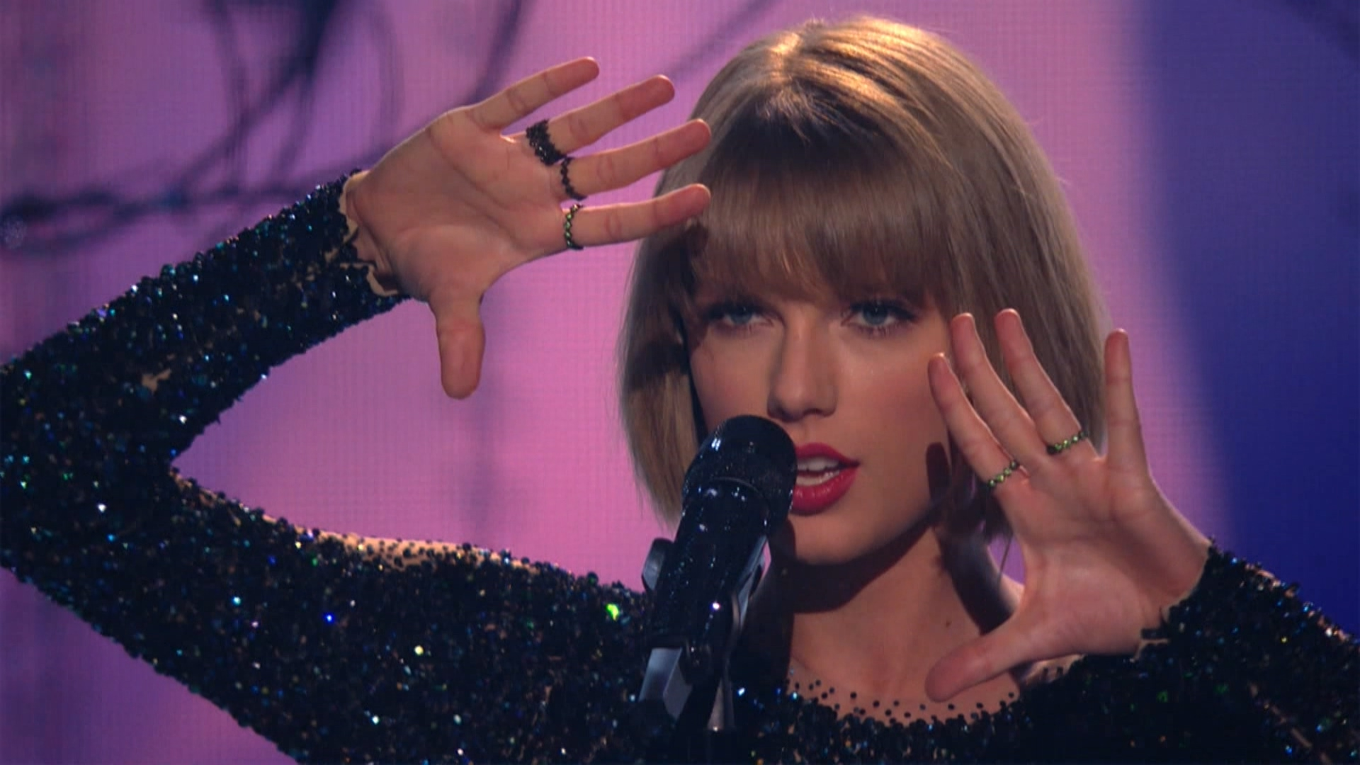 Taylor Swift - Out of the Woods  (Grammy Awards,feb. 15,2016).ts_20160303_075450.406.jpg