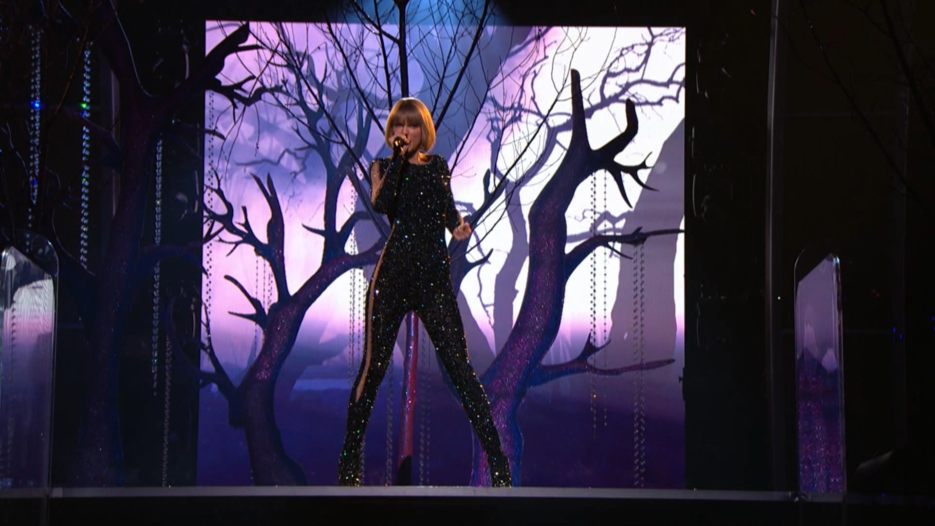 Taylor Swift - Out of the Woods  (Grammy Awards,feb. 15,2016).ts_20160303_080109.703.jpg
