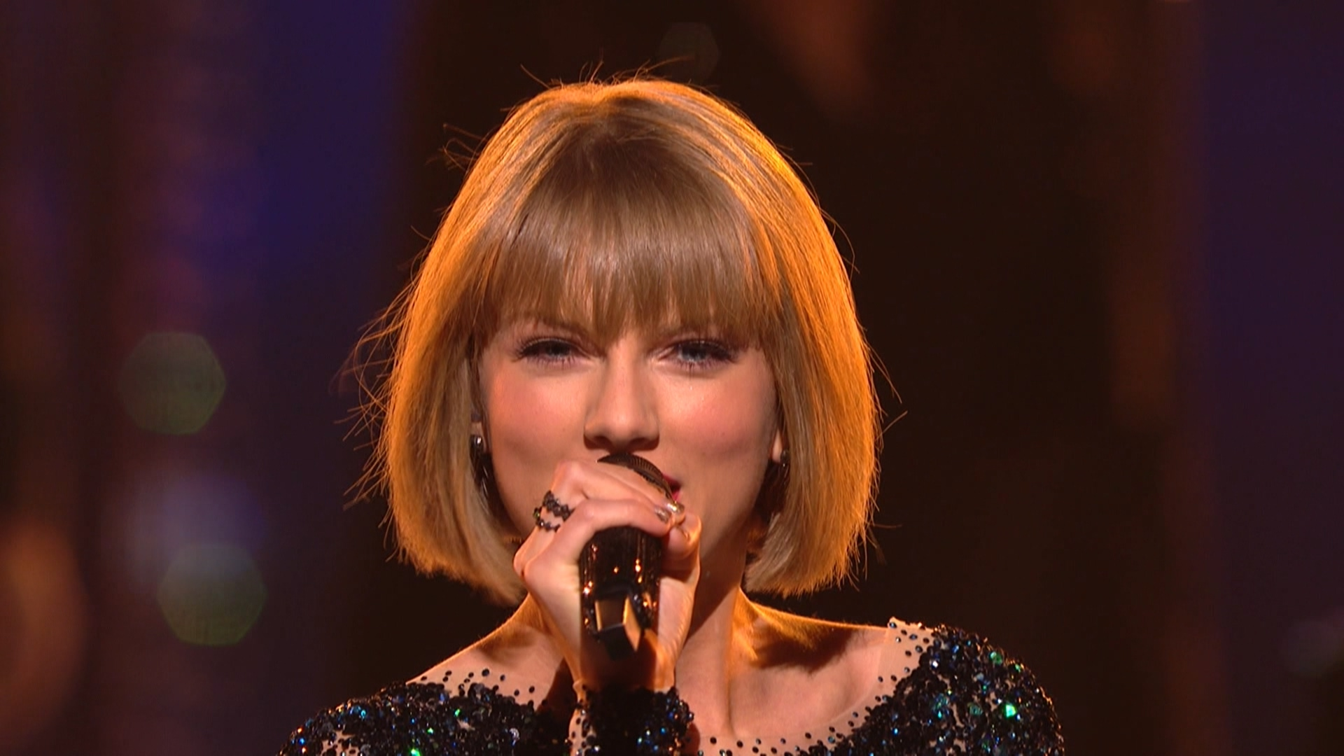 Taylor Swift - Out of the Woods  (Grammy Awards,feb. 15,2016).ts_20160303_080812.421.jpg