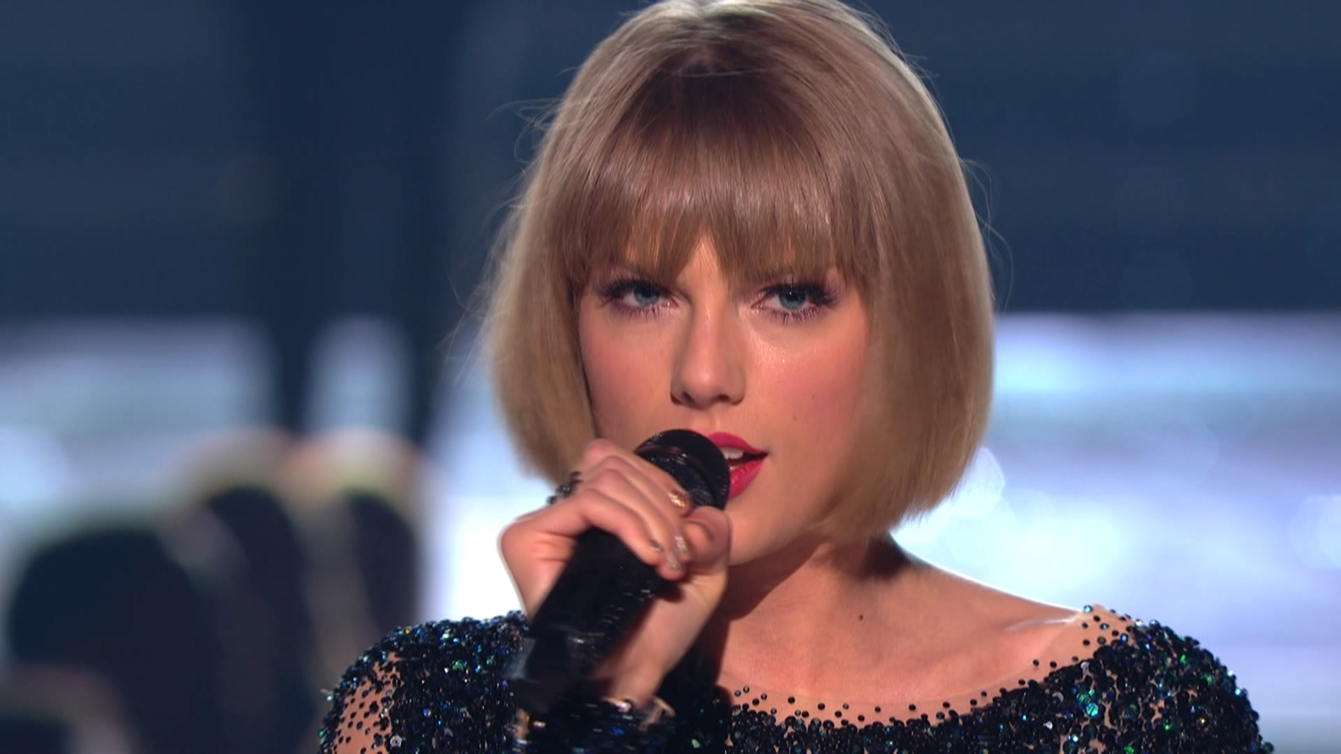 Taylor Swift - Out of the Woods  (Grammy Awards,feb. 15,2016).ts_20160303_081120.218.jpg