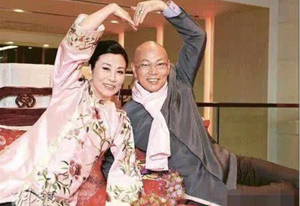坎坷的罗家英:谈21年恋爱,62岁才结婚,夫妻二人共同抗癌10多年