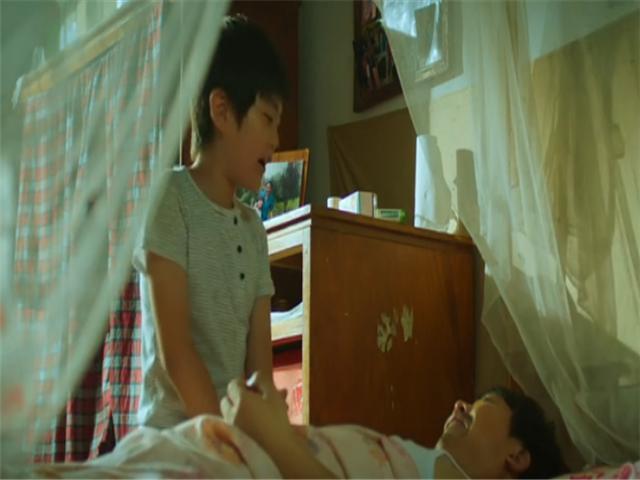 《唤爱》:母亲死了,父亲瘫了,继母跑了,学生家宝挑起家庭重担