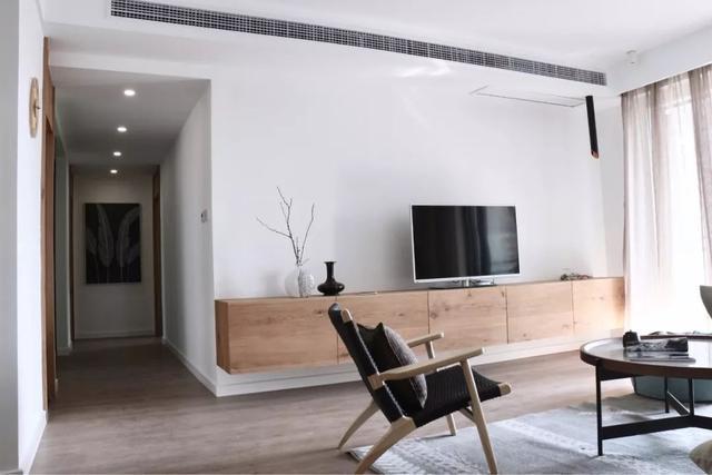 简单刷漆的电视墙,搭配精致软装,算不上高档,却也很大方
