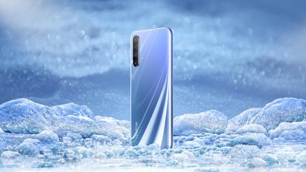 realme X50 5G真机首曝:极地配色+后置竖排四摄